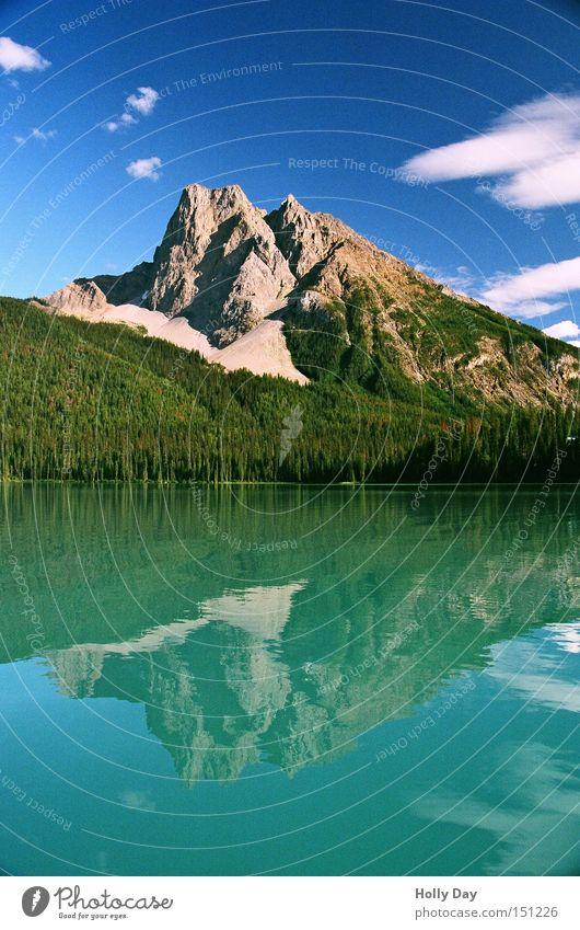 (Wasser-)Berg Farbfoto mehrfarbig Außenaufnahme Menschenleer Textfreiraum unten Tag Reflexion & Spiegelung Totale Berge u. Gebirge Wolken Küste See blau grün