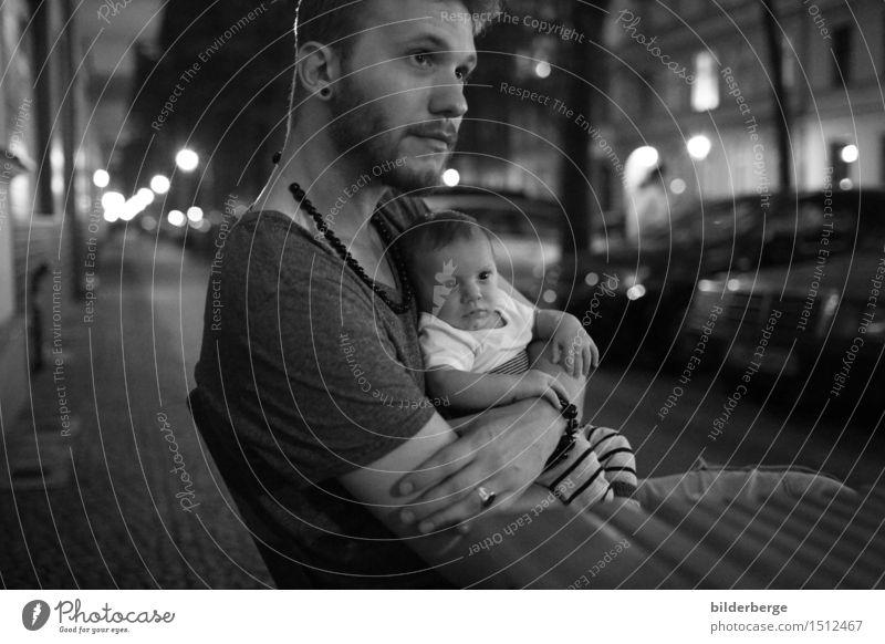 unterwegs Mensch Jugendliche Stadt Junger Mann Erwachsene Liebe Gefühle Lifestyle Kopf Stadtleben Baby beobachten Kultur Warmherzigkeit berühren Schutz