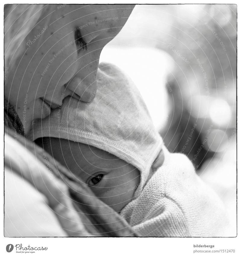 zweisam Baby Junge Frau Jugendliche Mutter Erwachsene Leben Kopf 2 Mensch berühren entdecken Umarmen Zusammensein Gefühle Glück Vertrauen Geborgenheit