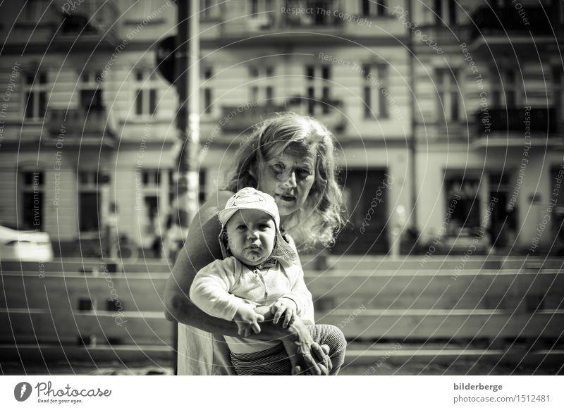 nach vorne Mensch Frau Haus Erwachsene Berlin Lifestyle Fotografie Abenteuer Baustelle Neugier Hauptstadt Generation Kleinkind Altstadt Städtereise Streetlife