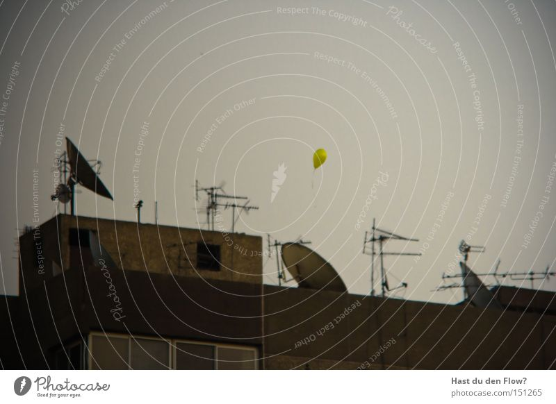 Die Hoffnung ist gelb gelb Freiheit träumen fliegen Fassade Hoffnung Luftverkehr Luftballon Frieden Afrika verfallen Flucht Antenne wirklich Ägypten fluchen