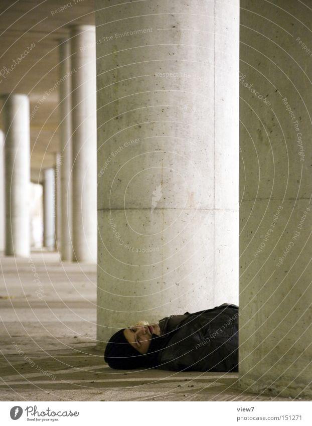 BLN08_leblos. Mensch Opfer Mord Tod Unfall bewegungslos Säule Kriminalität ohnmächtig hilflos Ereignisse Aktion Tatort Trauer Verzweiflung gefährlich Mann