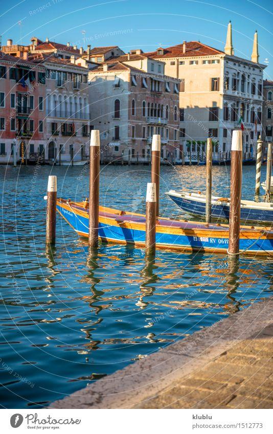 Zwei Boote machten in einem Kanal in Venedig Italien fest Meer Insel Motor Stadt Gebäude Architektur Verkehr Wasserfahrzeug Holz alt Bars Europa historisch