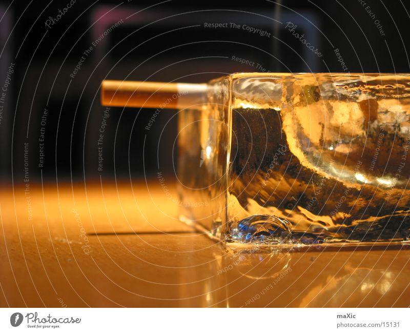 Aschenbecher Zigarette Nikotin ungesund Rauchen Lunge fatal Gift kratzen Becher Dinge Hals Brandasche stummel lungenbrot Ernährung Abend Beleuchtung