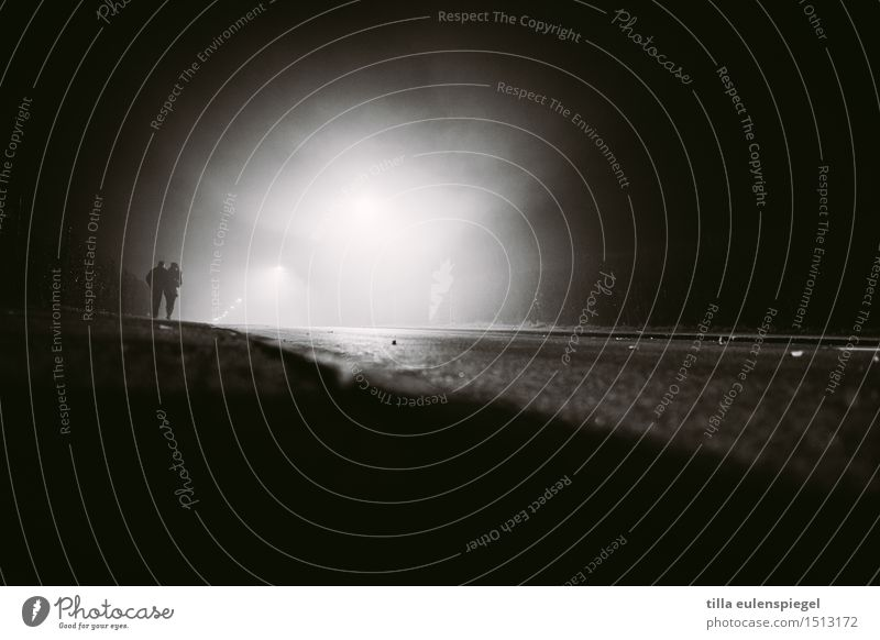 O Mensch weiß Einsamkeit dunkel schwarz Erwachsene Straße Leben Paar Zusammensein Angst laufen gefährlich beobachten bedrohlich Straßenbeleuchtung