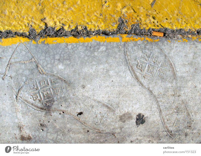 Fossilien von übermorgen Beton grau gelb Linie Fußspur Spuren Archäologie Gummistiefel Straße Straßenrand Parkverbot Straßennamenschild obskur Zigarettenstummel