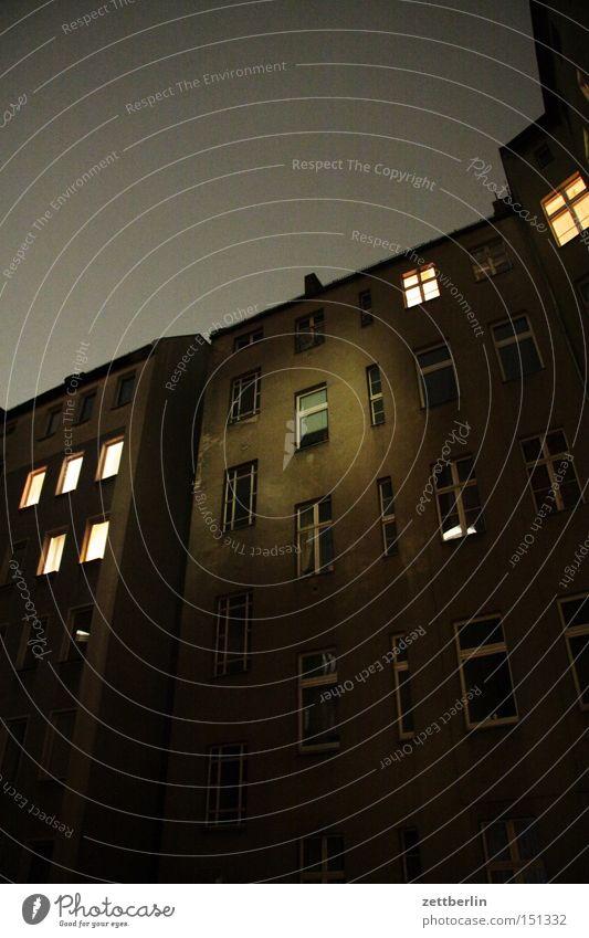 Nacht again Dämmerung Haus Stadthaus Hof Hinterhof Fenster Licht erleuchten Nachbar Berlin Häusliches Leben