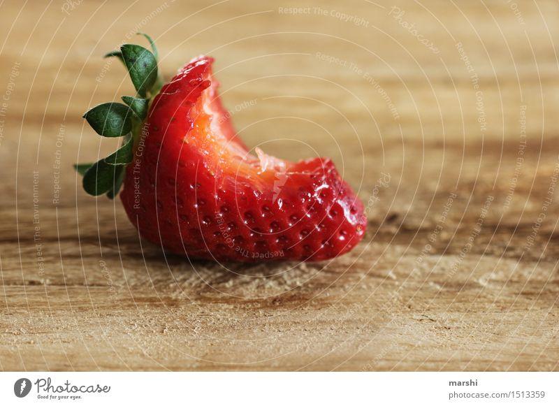 ein Biss Geschmack Lebensmittel Frucht Ernährung Essen Bioprodukte Vegetarische Ernährung Diät Fingerfood Stimmung Erdbeeren Geschmackssinn geschmackvoll rot