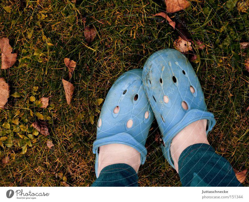 Socken sind Luxus Schuhe Schlappen blau Herbst Garten Gärtner Wiese Blatt Fuß Barfuß Beine Langeweile bloßfüßig juttaschnecke