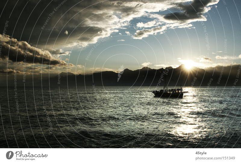 Auf dem Weg zum Horizont Meer Wolken dunkel Berge u. Gebirge See Wasserfahrzeug bedrohlich schlechtes Wetter