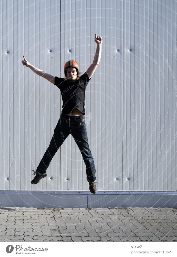 jump. Mann Mensch Kerl springen Helm hoch oben Bewegung gefroren alt DDR Gesichtsausdruck Arme Beine Freude Funsport Momentaufnahme