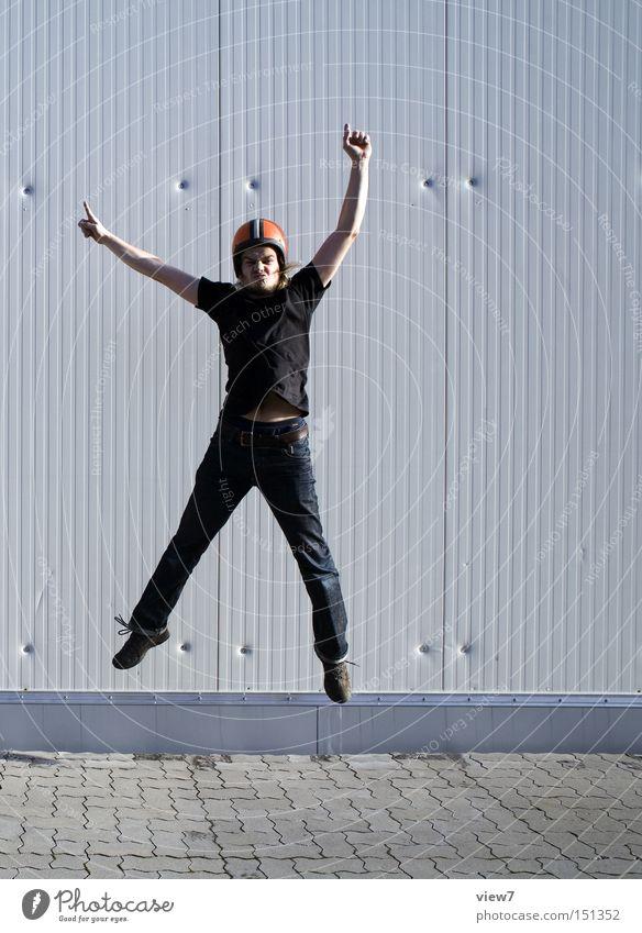 jump. Mensch Mann alt Freude oben Bewegung springen Beine Arme hoch gefroren Momentaufnahme DDR Gesichtsausdruck Helm Kerl