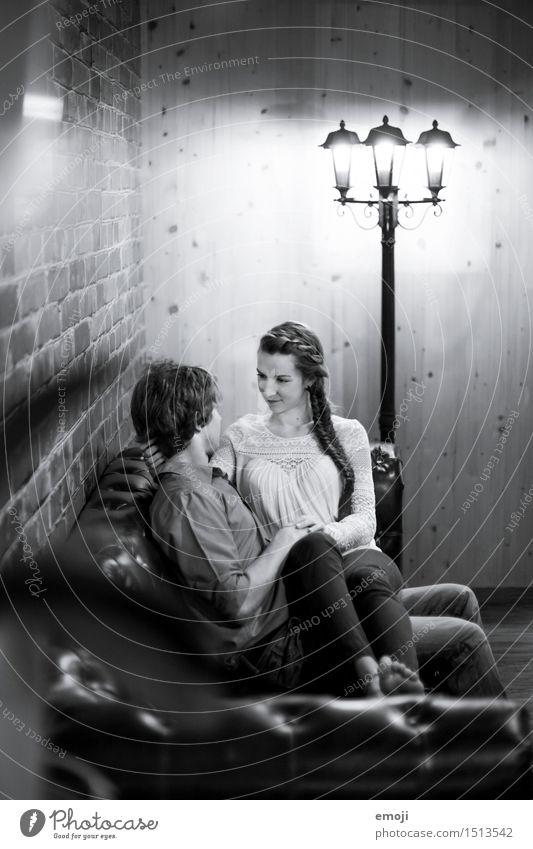 Zuhause ist wo die Liebe wohnt Mensch Jugendliche Junge Frau Junger Mann 18-30 Jahre Erwachsene feminin Paar maskulin Liebespaar Sofa Wohnzimmer kuschlig