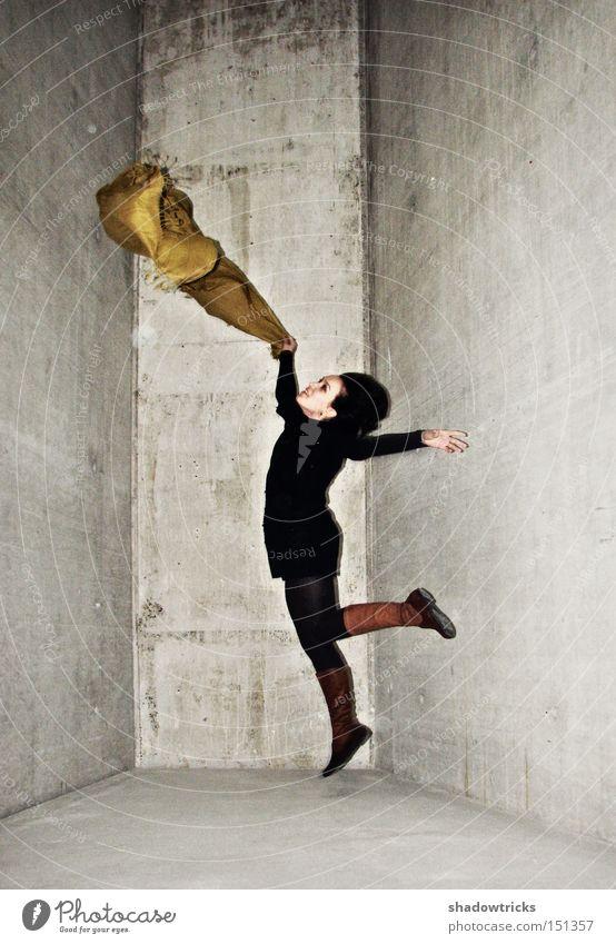 Luisa springt Mensch weiß Freude gelb kalt springen grau Haut Beton Lebensfreude Tuch hüpfen Stoff
