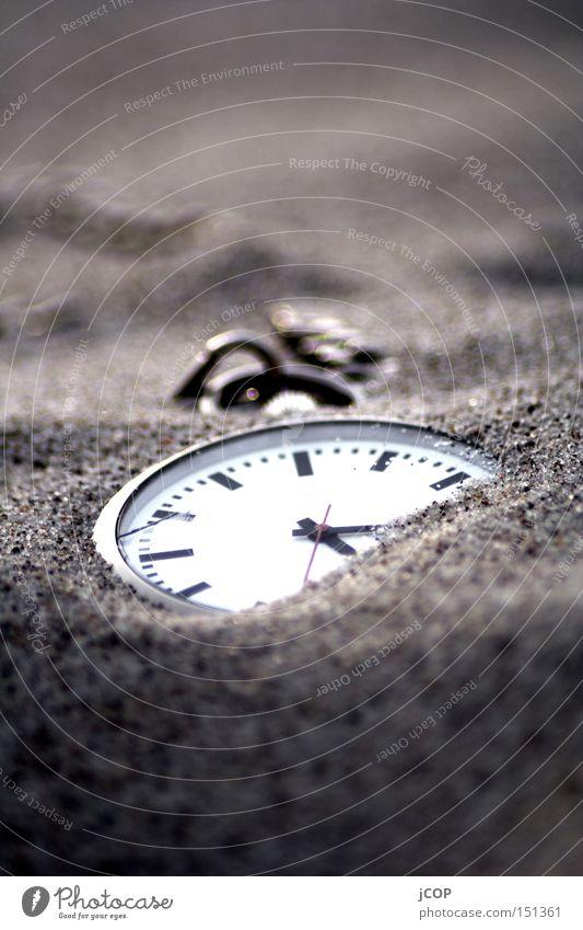 zeitlos part I Strand Sand Zeit Uhr Makroaufnahme entdecken verloren verlieren Haufen verdeckt vermissen Uhrenzeiger Taschenuhr
