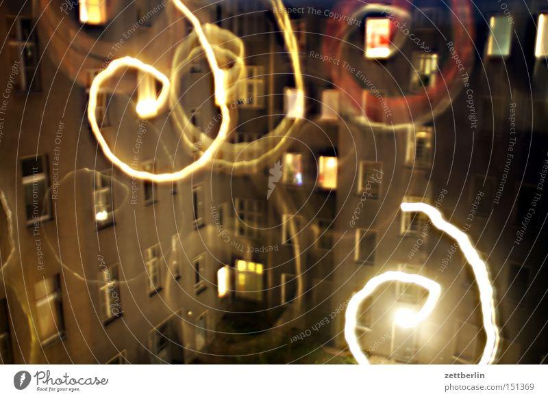Durchdrehen Freude Haus Fenster Feste & Feiern Fassade chaotisch Feiertag Hinterhof Spirale Phantasie Lichtspiel Hof Stadthaus Bewusstseinsstörung