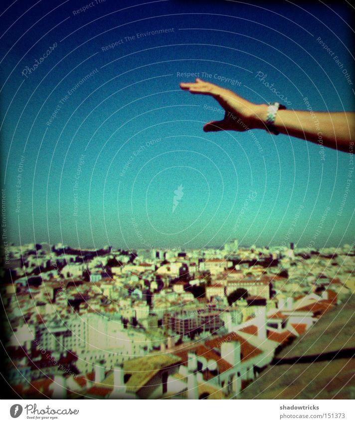 Portugiesenheimat Lissabon Stadt Hand Aussicht Himmel blau Ferne Portugal Horizont Landschaft Haus Dach Architektur