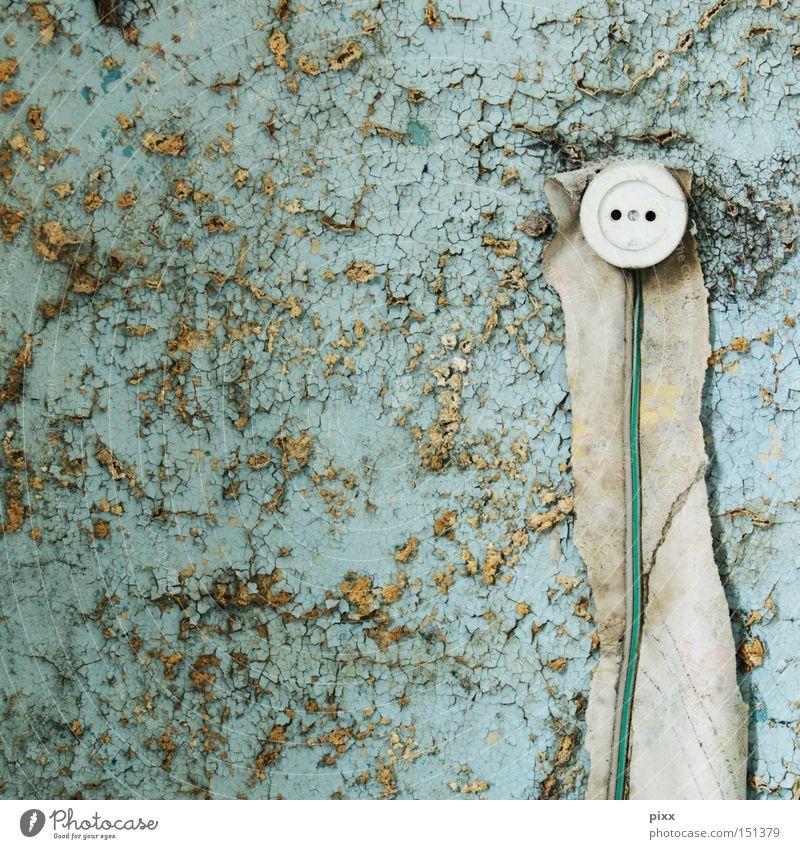 Stromgeber Farbe Wand Energiewirtschaft Elektrizität Kabel Vergänglichkeit verfallen Handwerk türkis Schwein Renovieren Putz Leitung Steckdose Altbau abblättern