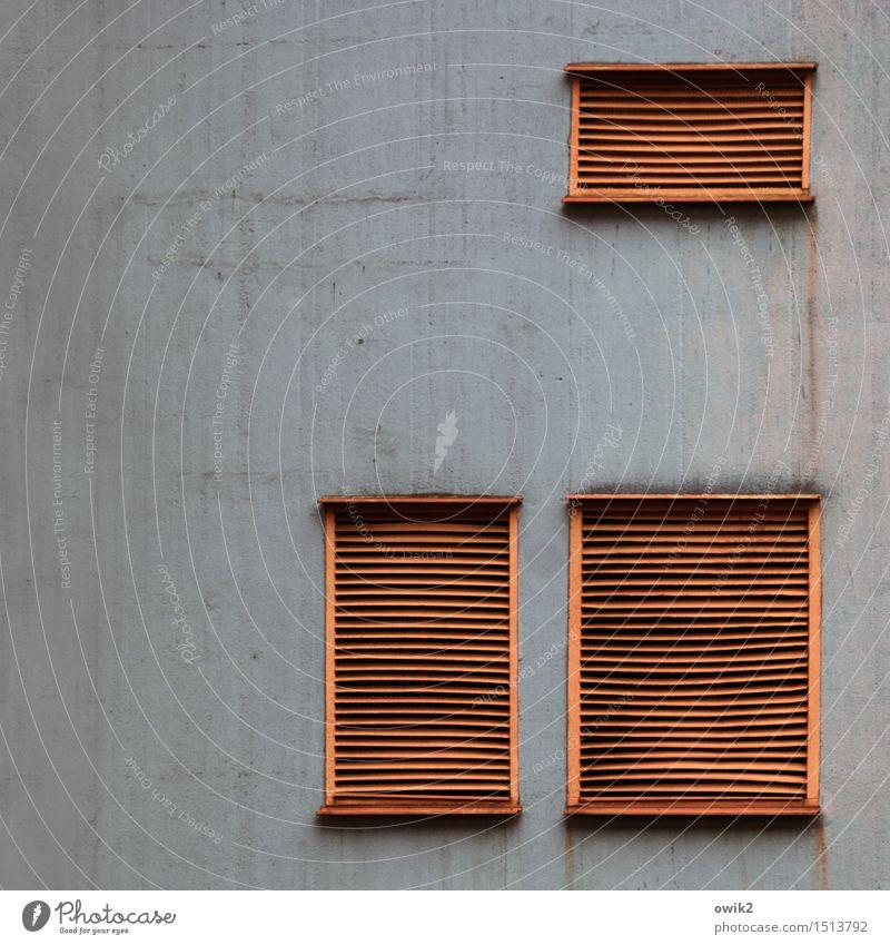 Unter Verschluss Industrieanlage Fabrik Gebäude Mauer Wand Fassade Klimatechnik Belüftungsfenster Lamelle Beton Metall Kunststoff Zusammensein oben grau orange