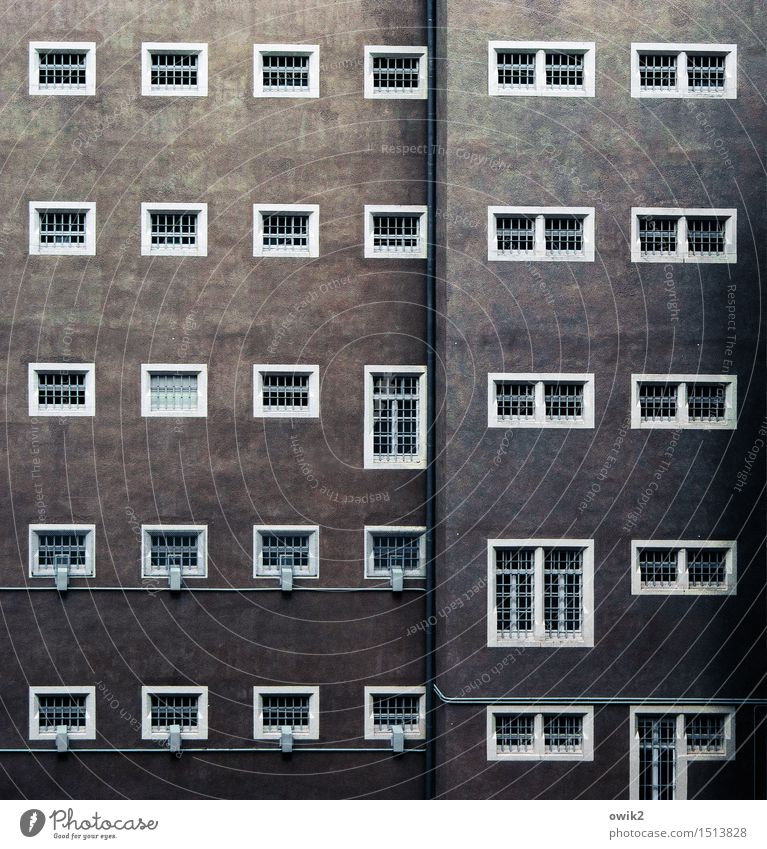 JVA Bauwerk Gebäude Architektur Justizvollzugsanstalt Zellenfenster Gefängniszelle Gitter Fenstergitter Mauer Wand Fassade Sehenswürdigkeit Denkmal bedrohlich