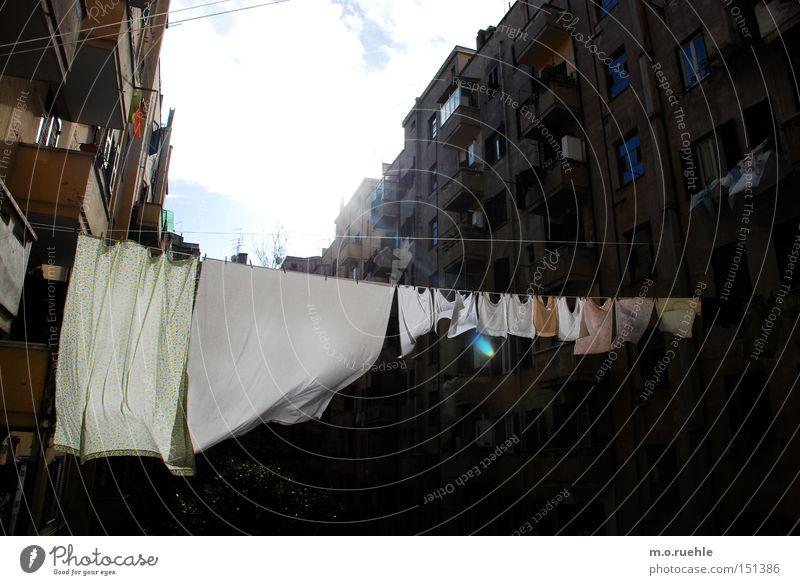 windig geleint Wäsche Seil Wind Wäscheleine Bekleidung trocknen Italien gespannt Tuch Bettlaken hinten Hinterhof Haushalt