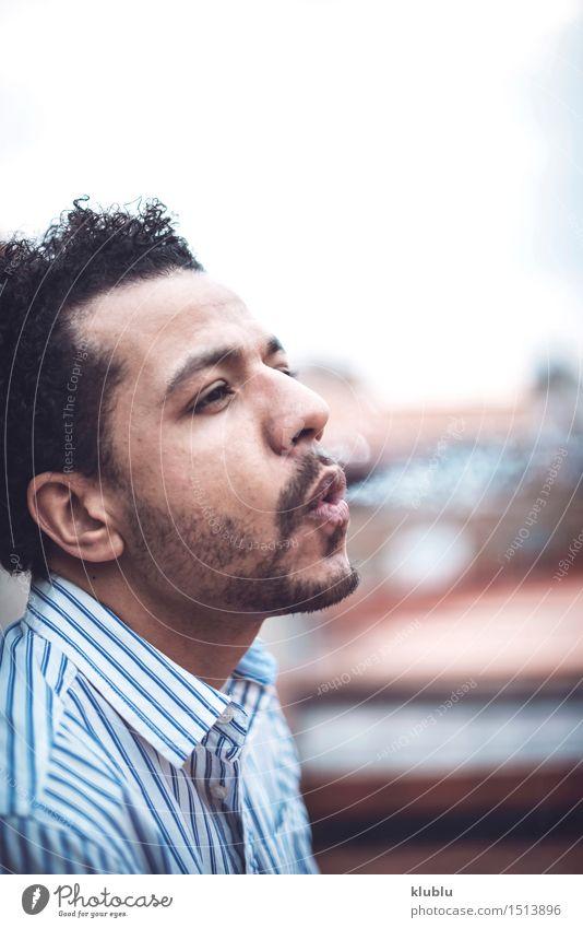 Überzeugter attraktiver Mulattemann, der eine Zigarrette raucht Lifestyle Stil Erfolg Mann Erwachsene Mode Afro-Look Coolness Erotik gut heiß trendy modern