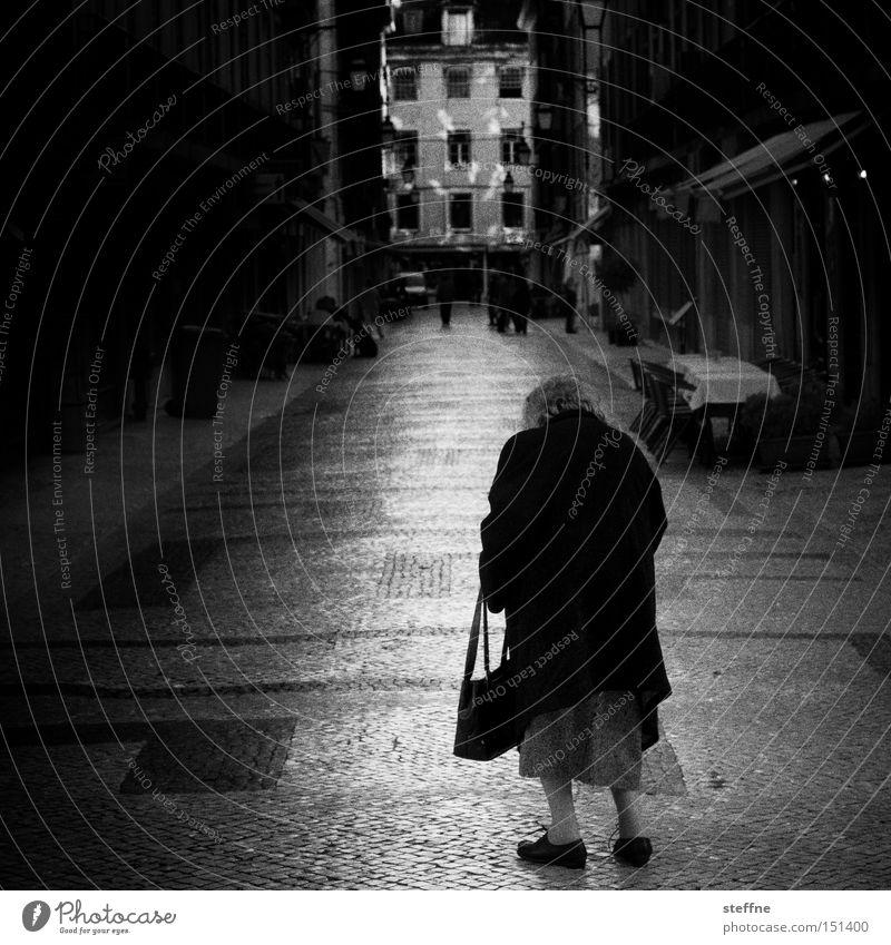 spät Frau alt Einsamkeit Straße Senior Spaziergang Tasche Mensch Weiblicher Senior Altstadt Handtasche ausgestorben