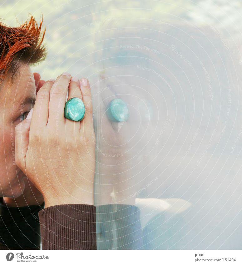 BlickDicht Frau Mensch Hand Gesicht Fenster Angst Kreis Kommunizieren Neugier geheimnisvoll Reflexion & Spiegelung Wissen Fensterscheibe Panik Schaufenster verfolgen