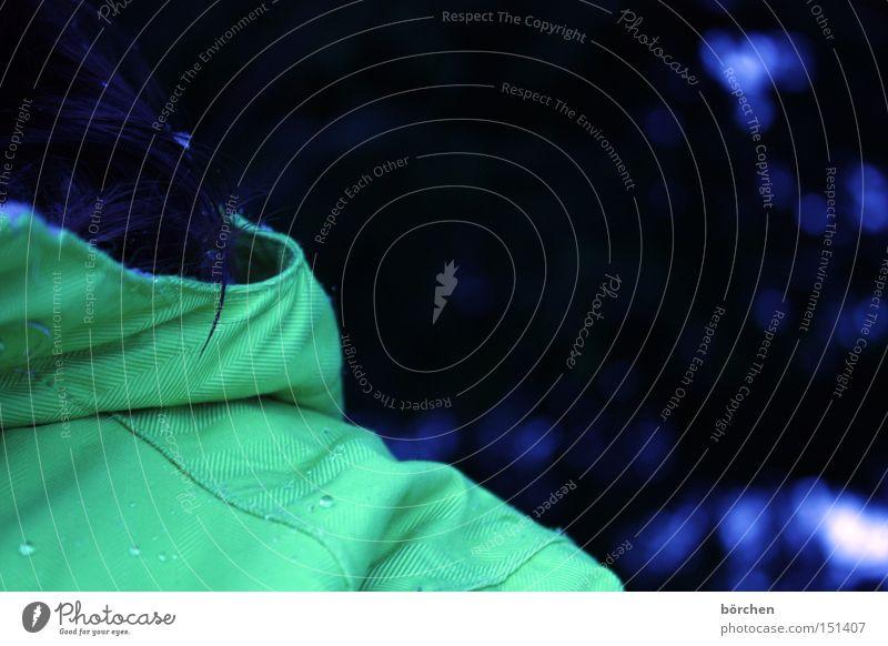 Wintereinbruch Mensch Außenaufnahme Schnee Jacke Wassertropfen Detailaufnahme dunkel kalt Eis Trauer Stoff hydrophob nass bewegungslos blau