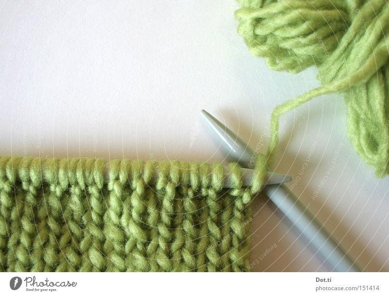 needlework Freizeit & Hobby Handarbeit stricken Bekleidung Schal weich grün Genauigkeit Stricknadel Wolle Wollknäuel Schlaufe Knäuel Farbfoto Innenaufnahme