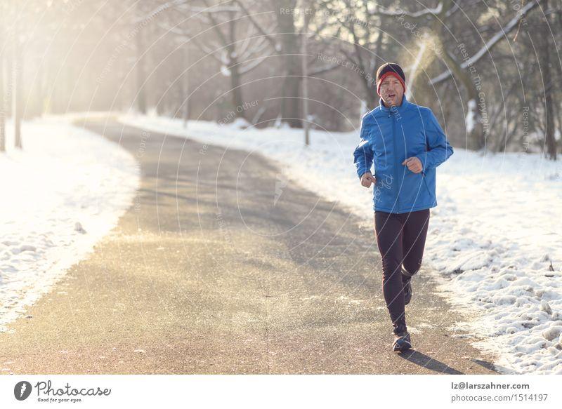 Mann, der in der Winterkleidung rüttelt Gesicht Erwachsene Straße Schnee Sport Lifestyle Park Textfreiraum Aktion Fitness Mitte Zeitung atmen Typ