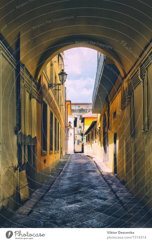 Bogen auf der alten schmalen Straße mit gelben Fassaden Ferien & Urlaub & Reisen Stadt Farbe Sommer Haus Architektur Gebäude Stein Lampe Aussicht Europa Italien