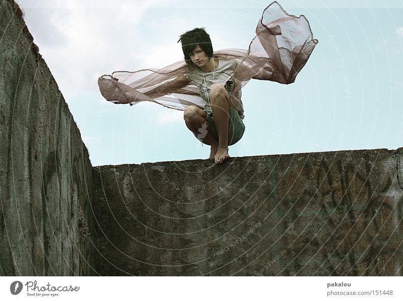 ravengirl Frau Wand Bewegung Haare & Frisuren Mauer Tanzen Wind frei Macht Klettern Dynamik Ruine Phantasie erobern