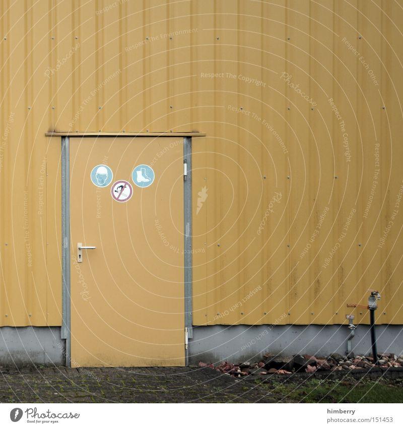 backdoor Gebäude Architektur Tür Fassade Industrie Industriefotografie Hinweisschild Eingang Lagerhalle Halle Warnhinweis Gewerbe Hintertür