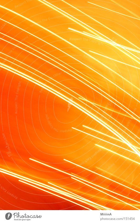Lichtstrahlen orange Langzeitbelichtung gelb Beleuchtung Wärme Freude Geschwindigkeit Bewegung