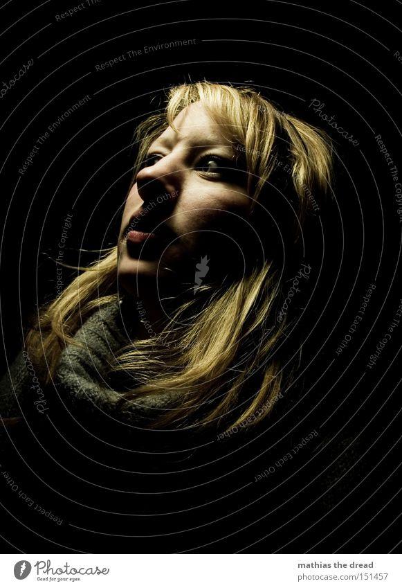 OUT OF THE DARK Frau schwarz Porträt blond Kopf Gesicht Blick negativ Licht Schatten erschrecken Schrecken Entsetzen dunkel Trauer Einsamkeit gefährlich