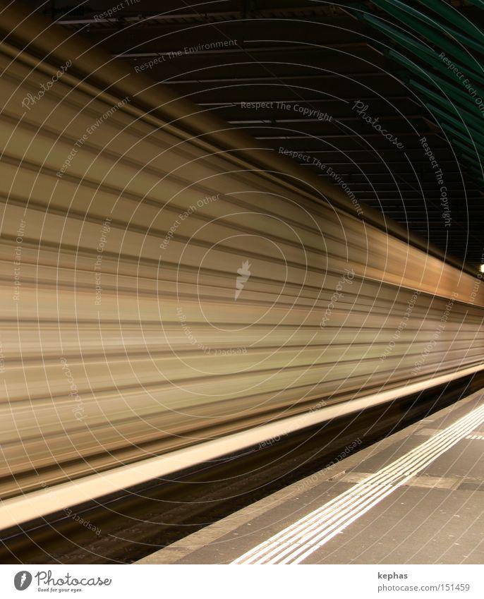> Verkehr Eisenbahn Geschwindigkeit Streifen Bahnhof Ware Durchgang Bahnsteig Güterzug Güterwaggon