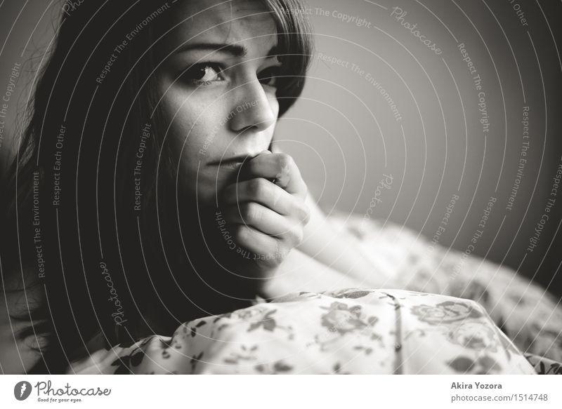 But how? Mensch Jugendliche Junge Frau Einsamkeit 18-30 Jahre Erwachsene Traurigkeit Gefühle feminin liegen berühren Trauer Zukunftsangst Schmerz Partnerschaft