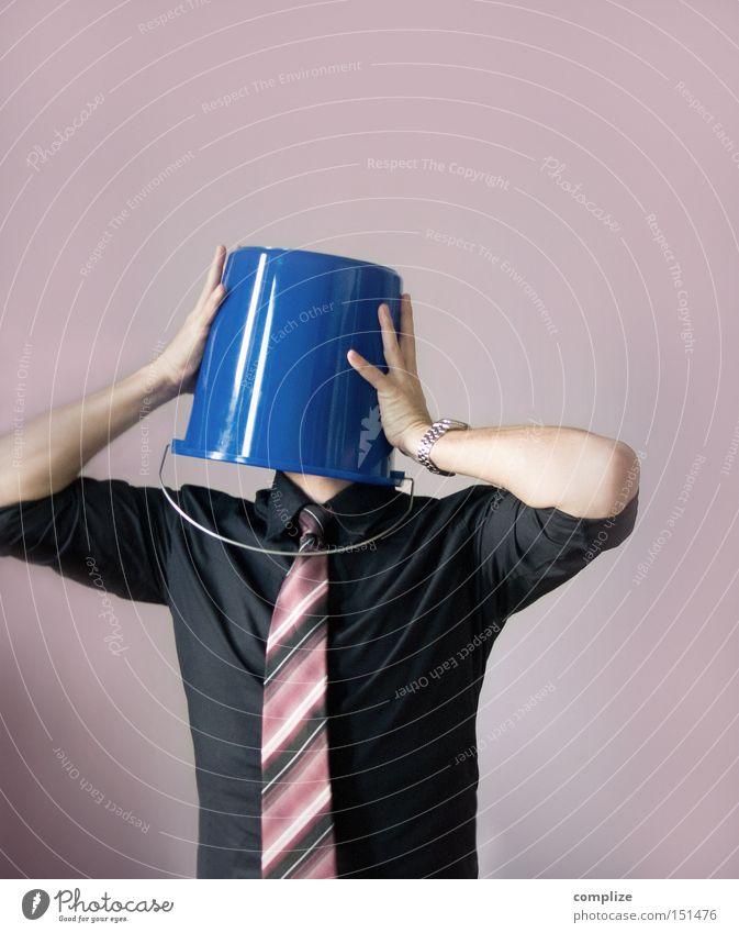 Einer im Eimer Mann blau Erwachsene Gefühle Kopf lustig Ende Kreativität Idee Hemd Mensch Stress verstecken Karriere anonym Beruf