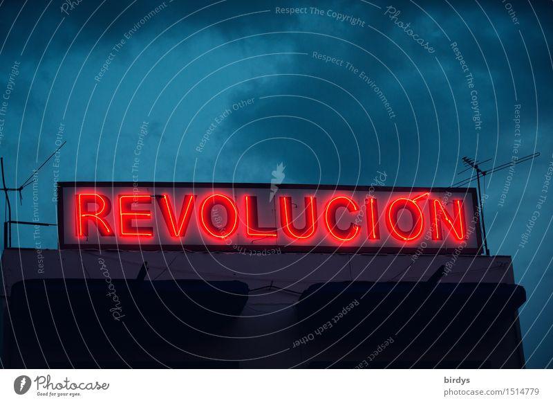 Neonschild Revolucion in Santiago de Cuba in der Dämmerung Wolken Che Revolution Castro Schriftzeichen Politik & Staat Nachthimmel Kuba Haus Antenne