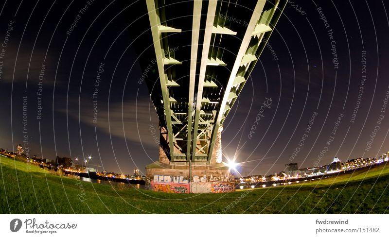 Zum Land der Träume Stadt Nacht Brücke Baugerüst Fischauge Stahl Flussufer Güterverkehr & Logistik Stern (Symbol) Himmel Wiese grün Licht Langzeitbelichtung