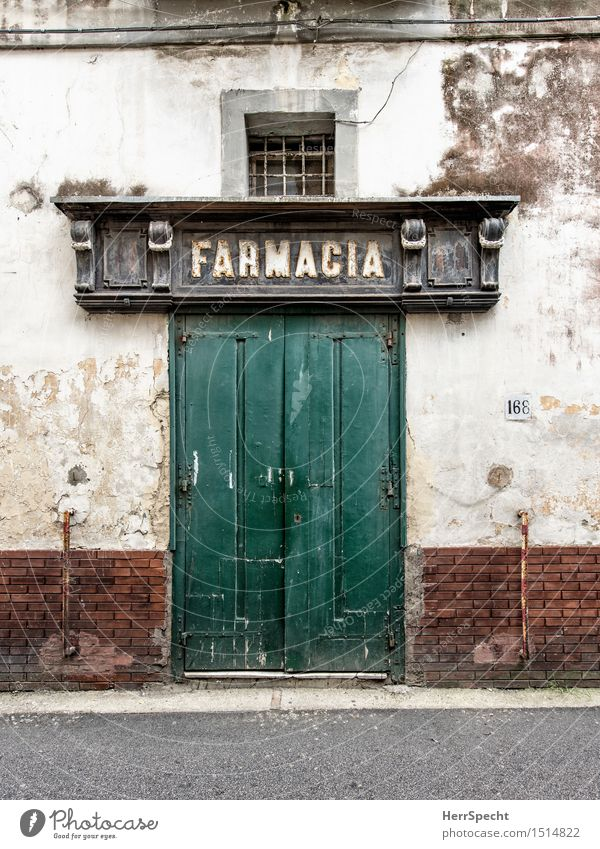 Apotheke Italien Neapel Haus Bauwerk Gebäude Fassade Tür alt historisch trist Eingangstür geschlossen baufällig Portal grün Strukturen & Formen Putzfassade