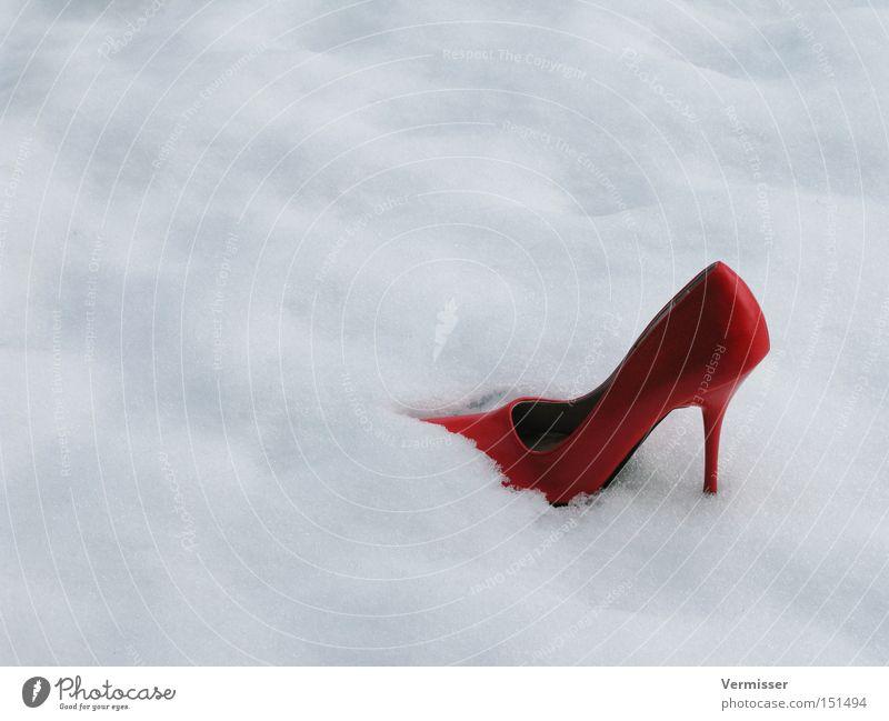Sie ist weg, ... rot Winter Wolken Einsamkeit kalt Schnee Traurigkeit Schuhe verloren Märchen Hoffnungslosigkeit Damenschuhe schlechtes Wetter Aschenputtel