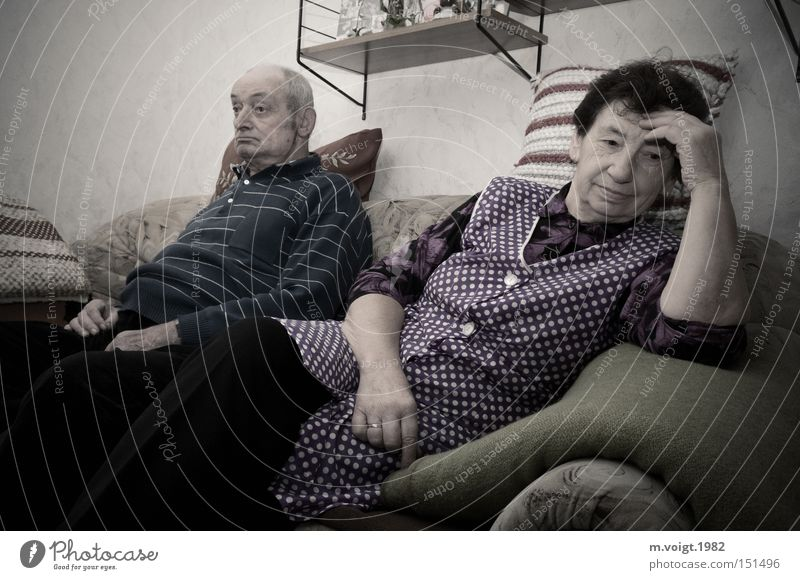 sprachlos alt Familie & Verwandtschaft Senior Gefühle Paar Mensch retro authentisch Wut Großmutter Konflikt & Streit Wohnzimmer Großvater Ärger Frustration