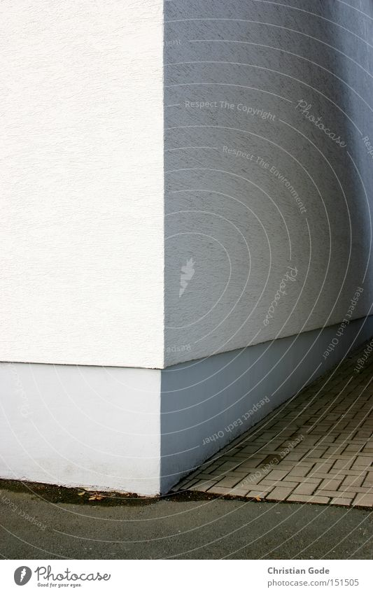 Häuserecke weiß Straße grau Architektur Deutschland Beton Perspektive Ecke Asphalt Garage Hof Müllbehälter verputzt