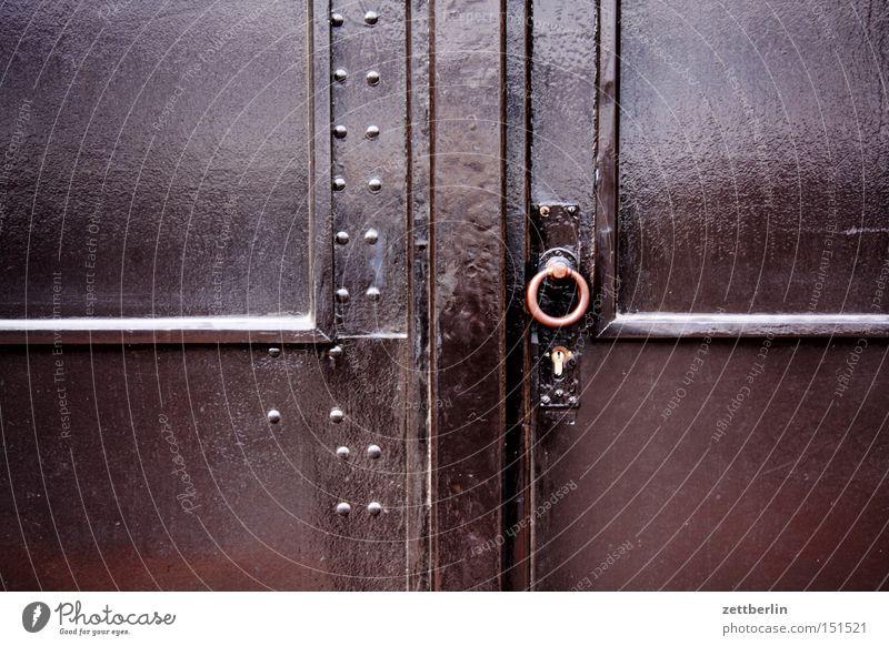 Tor Haus Tür Fassade geschlossen Sicherheit Häusliches Leben Eingang Schloss schließen Versicherung Einbruch Einfahrt Portal Riegel Zugang