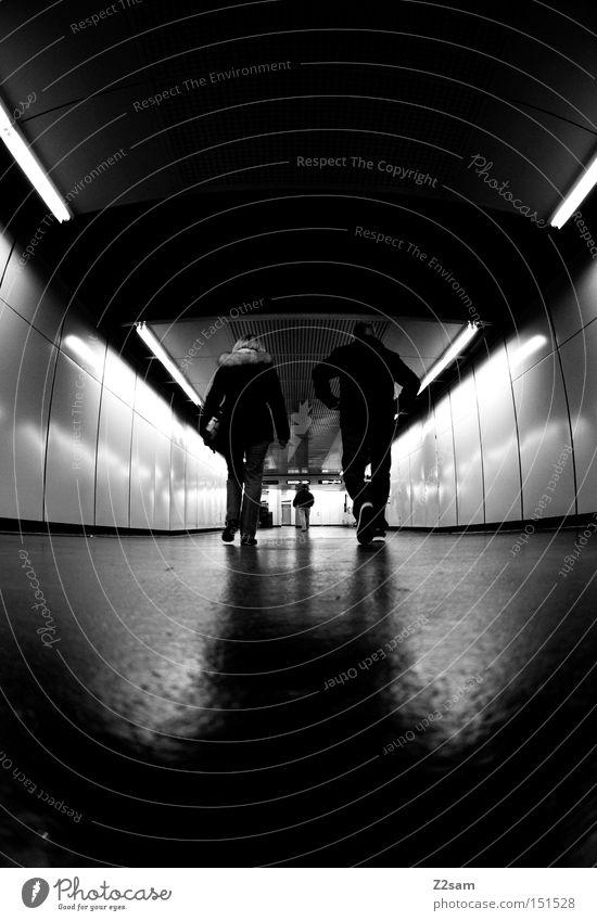 GANG gehen Mensch Tunnel Schwarzweißfoto glänzend dunkel London Underground 3 Mitte Einsamkeit Dynamik Licht Spaziergang Bahnhof walk