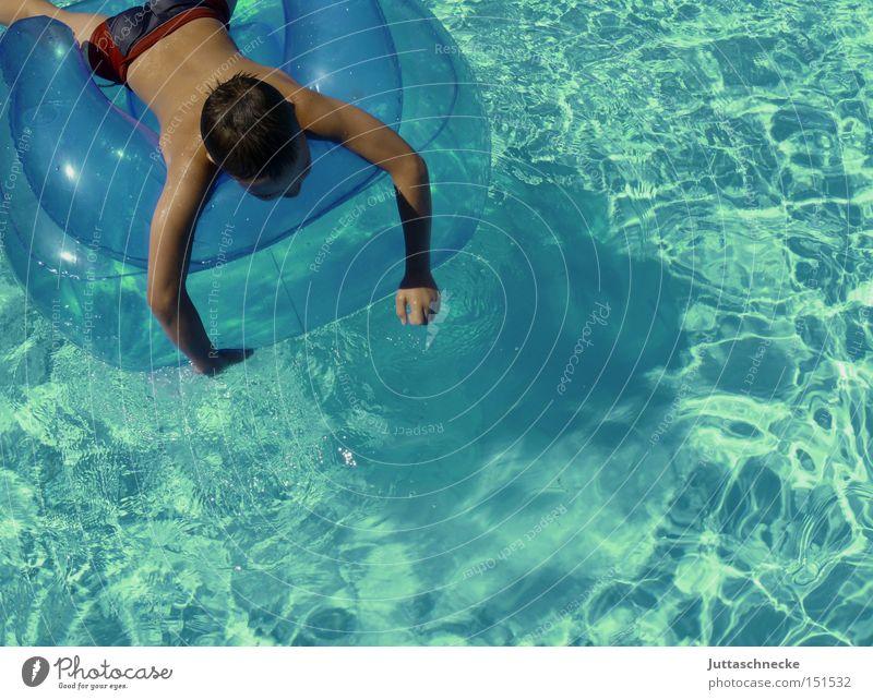 Sehnsucht Kind Wasser blau Sommer Erholung Junge Schwimmbad Frieden türkis