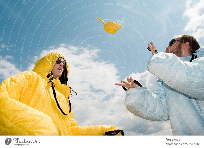 look we can! Jugendliche Sommer Freude Gesicht Wärme lustig verrückt Coolness Sonnenbrille Kannen Gießkanne Schlafsack