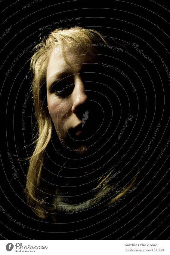 INTO THE DARK Frau Gesicht schwarz Einsamkeit dunkel Kopf Traurigkeit Angst Trauer Vergänglichkeit Panik Entsetzen Schrecken negativ